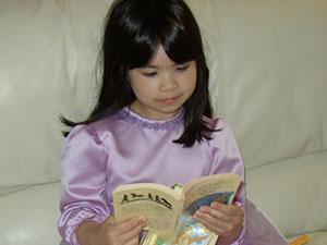 Adora yang rajin membaca..(2 s/d 3 buku sehari..!)
