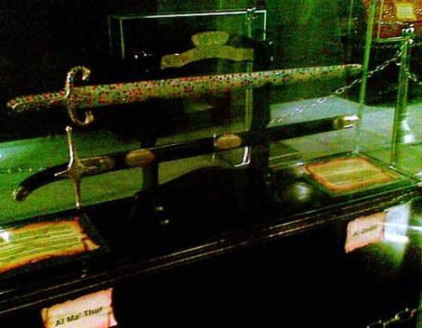 Enam pedang nabi tersebut bernama Dzu Al Faqar, Al Qadib, Al Rasub, Al Battar, Al Ma'thur, dan Al Qol'i.