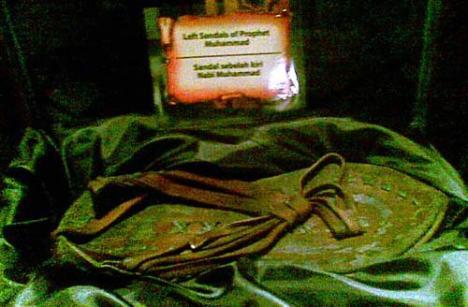 Selain pedang, dipamerkan juga busur panah dan terompa (alas kaki) Nabi Muhammad saat berjalan dari masjid Al Aqsa.