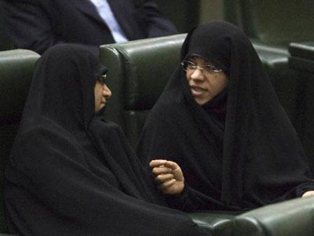 Sebelumnya Ahmadinejad mengajukan 3 perempuan yang menjadi nominasi anggota kabinet, namun hanya Marzieh Vahid Dastjerdi yang disetujui. Marzieh (kiri) berbincang dengan nominasi menteri perempuan lainnya yang ditolak parlemen Iran, Fatemeh Ajorlou. . Reuters/Morteza Nikoubazl